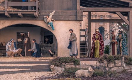 creche: CIUDAD DEL VATICANO - 16 de diciembre de 2015: Pesebre de Navidad en la plaza de San Pedro, italiano: Plaza de San Pedro, Ciudad del Vaticano, el enclave papal dentro de Roma, Italia
