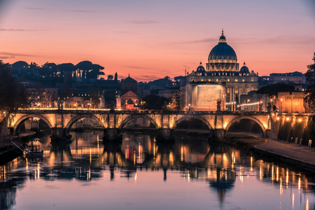 Rom, Italien: Petersdom, St. Angelo-Brücke und Fluss Tiber in den schönen Sonnenuntergang der italienischen Winter