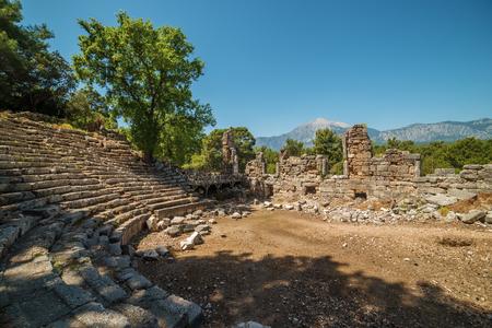 teatro antiguo: Teatro antiguo en la ciudad antigua de Faselis, Antalya destrict, Turqu�a en la primavera