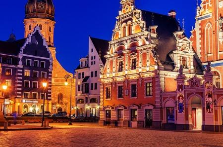 Riga, Letonia: imagen representativa de la ciudad vieja en la noche Foto de archivo - 61672624