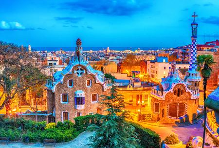 バルセロナ, カタロニア, スペイン: パーク グエルのアントニ ・ ガウディ夕暮れ時