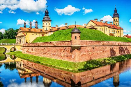 Biélorussie: célèbre château de Niasvish, Nesvizh, Nesvyziaus, Nieswiezu en été Banque d'images - 83963670