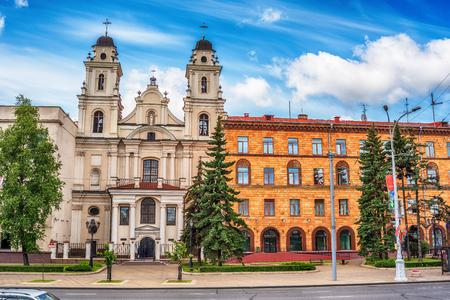 Minsk, Biélorussie: Cathédrale catholique du Saint Nom de Marie en été Banque d'images - 83879580