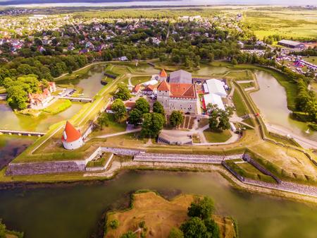 夏にはクレッサーレにある聖公会城の Saarema 島、エストニア: 空中トップ ビュー 写真素材