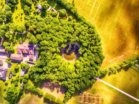 Saarema 島、エストニア: 空中の上面図主な隕石クレーター Kaali の村で夏に