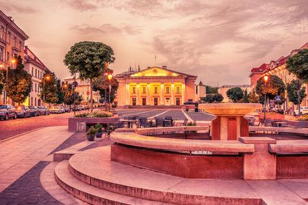 ヴィリニュス、リトアニア: 市庁舎、日の出で同じ名前の広場に、リトアニアのビリニュス rotuse 写真素材
