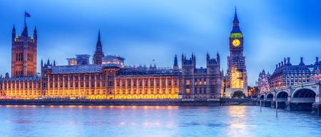 Londen, het Verenigd Koninkrijk: het paleis van Westminster met Big Ben, Elizabeth Tower, 's nachts van over de rivier de Theems gezien Stockfoto - 87548120