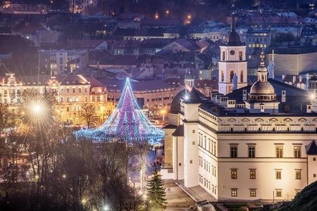 ビリニュス、リトアニア:大聖堂広場のクリスマスツリーと装飾、空中トップビュー 写真素材