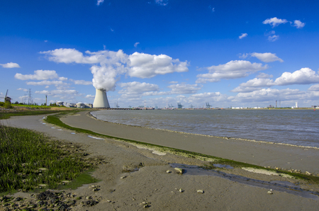 turbina de vapor: View of the nuclear power plant in the town of Doel, Belgium.