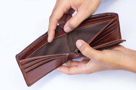 Pusty portfel w dłoni mężczyzny na białym tle.