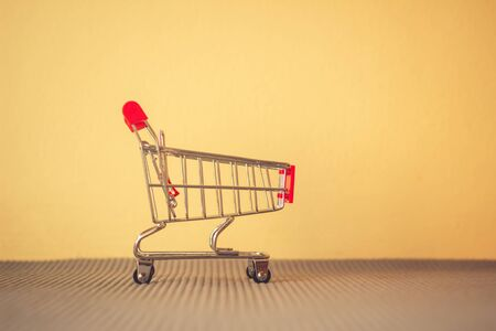 Concept shopping cart, Buy and sell at department stores, Online products Standard-Bild