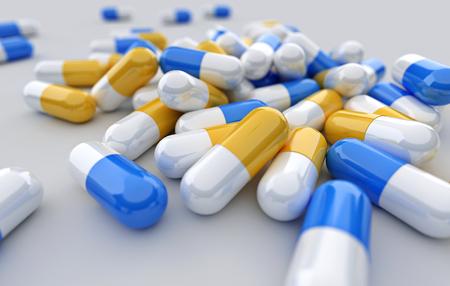 veel tabletten, pillen en pil capsules op witte achtergrond.