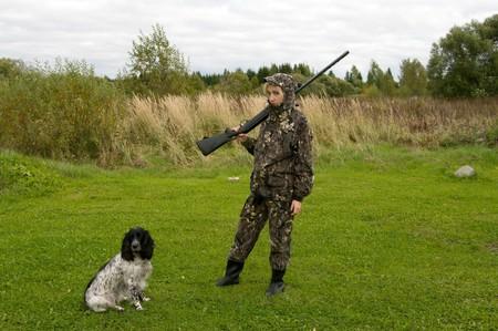 Blonde en tenue de camouflage avec une arme � feu et la chasse russe �pagneul. Banque d'images - 8006928
