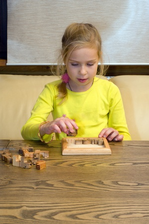conundrum: Ritratto della bella ragazza raccoglie un puzzle.