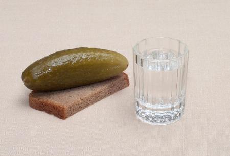 Petit Verre à Vin De Vodka Russe Et Snack De Concombre De