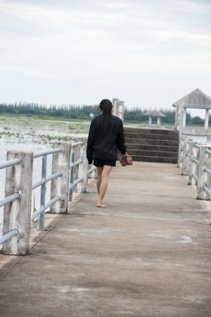 walking alone: Mujeres que caminan solos