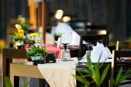 ダイニング テーブルはロマンチックな時間のため、花で飾られていた