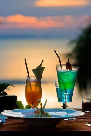 cocktail in Romantisch tafelen wite zonsondergang tijd Stockfoto