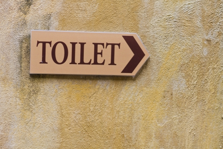 defecate: WC segno sul muro
