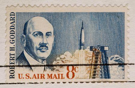 sello postal: Se trata de una cosecha 1964 sello Robert Goddard cohetes Foto de archivo