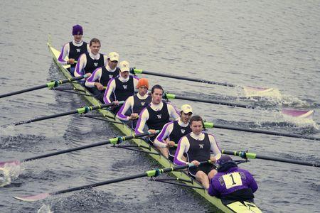 BOSTON - 18 oktober: Williams College Boat Club rowing team van vrouwen in de kop van de Charles Regatta op 18 oktober 2009 in Boston, Massachusetts concurreert. Stockfoto - 6886137