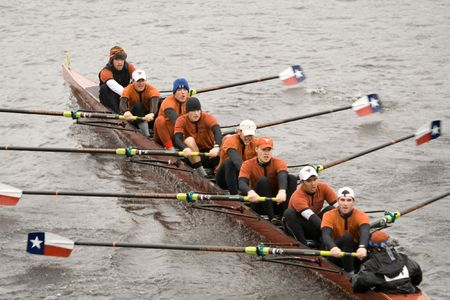 BOSTON - 18 de octubre: Universidad de Texas Austin equipo de Remo masculino que se compite en la cabeza de la regata de Charles el 18 de octubre de 2009, en Boston, Massachusetts. Foto de archivo - 7049542