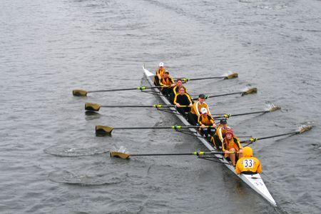 BOSTON - 18 oktober: Georgia Tech roeien Club rowing team van vrouwen in de kop van de Charles Regatta op 18 oktober 2009 in Boston, Massachusetts concurreert. Stockfoto - 7049544