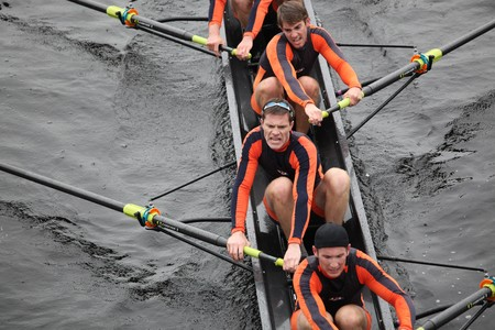 BOSTON - 24 oktober: Hobart College die mannen crew in het hoofd van de Charles Regatta op 24 oktober 2010 in Boston, Massachusetts concurreert.  Stockfoto - 8150685