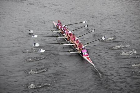 男性の乗組員で競合しているチャールズ レガッタの頭部で 2010 年 10 月 24 日にボストン、マサチューセッツ州ボストン - 10 月 24 日: ペンシルバニア
