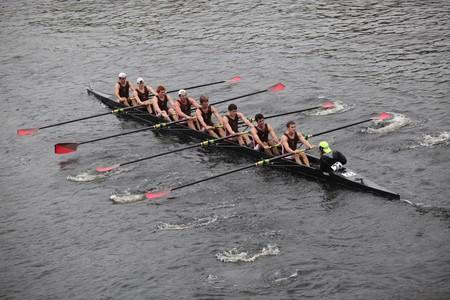 ボストン - 10 月 24 日: 聖ローレンスの大学人の乗組員で競合しているチャールズ レガッタの頭部で 2010 年 10 月 24 日にマサチューセッツ州ボストン。 写真素材 - 8185516