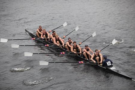 BOSTON - 24 oktober: University of Notre Dame die mannen bemanning concurreert in het hoofd van de Charles Regatta op 24 oktober 2010 in Boston, Massachusetts.