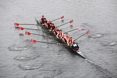 BOSTON - 24 oktober: Gemeenschap roeien mannen 18 en onder mannen bemanning concurreert in het hoofd van de Charles Regatta op 24 oktober 2010 in Boston, Massachusetts.  Stockfoto - 8226043