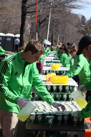BOSTON - APRIL 18 : Volunteers gave water to runners during the Boston Marathon on April 18, 2011 in Boston. Geoffrey Mutai (Kenya) finished first with a time of 2:03:02.  報道画像