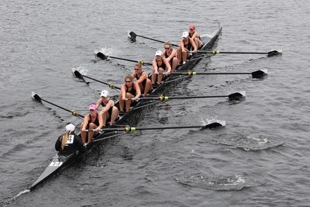 BOSTON - 23. Oktober: Radcliffe University Women Eights Rennen der Leiter der Charles Regatta. Williams College gewann mit einer Zeit von 14.17 Uhr am 23. Oktober 2011 in Boston, MA.