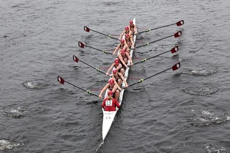 eights: BOSTON - 23 de octubre: Universidad de Oklahoma Mujeres Ocho carreras en la cabeza de la regata de Carlos. Williams College gan� con un tiempo de 14:17 el 23 de octubre de 2011 en Boston, MA.