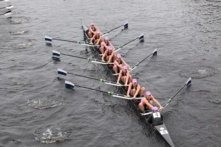 eights: BOSTON - 23 de octubre: la Universidad de Yale Ocho mujeres carreras en la cabeza de la regata de Carlos. Williams College gan� con un tiempo de 14:17 el 23 de octubre de 2011 en Boston, MA.