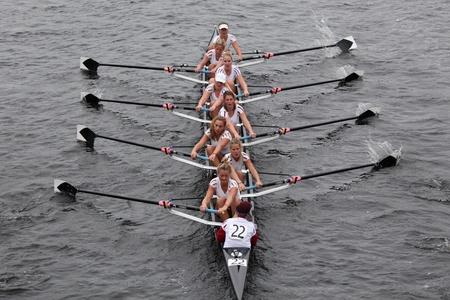 BOSTON - 23 oktober: Amsterdams Studenten Roeien vrouwen Achten rassen in het Hoofd van Charles Regatta. Williams College won met een tijd van 14:17 op 23 Oktober, 2011 in Boston, MA. Redactioneel
