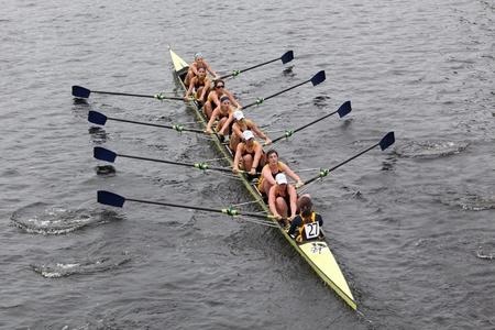 eights: BOSTON - 23 de octubre: las carreras de la Universidad de Drexel mujeres Ochos en la cabeza de la regata de Carlos. Williams College gan� con un tiempo de 14:17 el 23 de octubre de 2011 en Boston, MA. Editorial