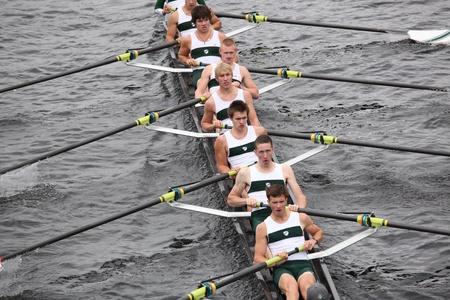 eights: BOSTON - 23 de octubre: Essex Club de Remo hombres j?venes Ochos carreras en el jefe del Regatta de Charles. Asociaci?n Marin Rowing gan? con un tiempo de 15:06 el 23 de octubre de 2011 en Boston, MA.