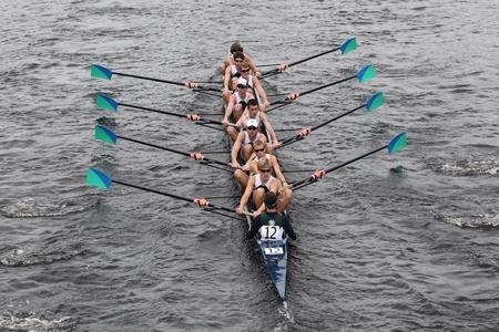 eights: BOSTON - 23 de octubre: Green Lake de la tripulaci�n hombres j�venes Ocho carreras en la cabeza de la regata de Carlos. Asociaci�n de Remo Mar�n gan� con un tiempo de 15:06 el 23 de octubre de 2011 en Boston, MA.
