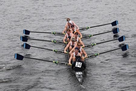 eights: BOSTON - 23 de octubre: St. Augustine High School secundaria preparatoria hombres j�venes Ochos carreras en el jefe del Regatta de Charles. Asociaci�n Marin Rowing gan� con un tiempo de 15:06 el 23 de octubre de 2011 en Boston, MA. Editorial