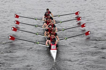 eights: BOSTON - 23 de octubre: St. Johns High School secundaria de la tripulaci�n hombres j�venes Ochos carreras en el Jefe de la Regata de Carlos. Asociaci�n de Remo Mar�n gan� con un tiempo de 15:06 el 23 de octubre de 2011 en Boston, MA.
