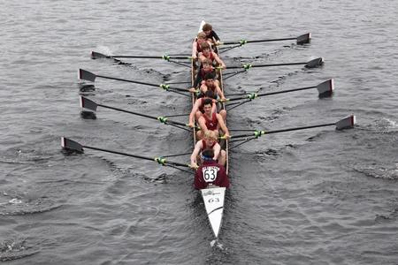eights: BOSTON - 23 de octubre: Arlington Belmont Crew juventud Ochos mens carreras en la cabeza de la regata de Carlos. Asociaci�n de Remo Mar�n gan� con un tiempo de 15:06 el 23 de octubre de 2011 en Boston, MA.