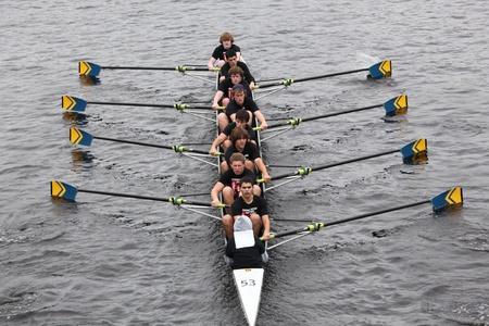 eights: BOSTON - 23 de octubre: Hudson River Rowing Asociaci�n juvenil mens ochos carreras en el jefe del Regatta de Charles. Asociaci�n Marin Rowing gan� con un tiempo de 15:06 el 23 de octubre de 2011 en Boston, MA.
