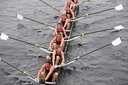 eights: BOSTON - 23 de octubre: Chicos Radnor Crew j�venes Ochos mens carreras en el jefe del Regatta de Charles. Asociaci�n Marin Rowing gan� con un tiempo de 15:06 el 23 de octubre de 2011 en Boston, MA.