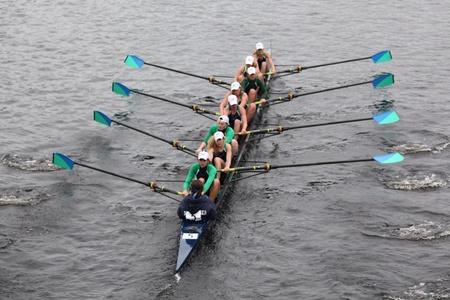 eights: BOSTON - 23 de octubre: New Trier High School womens j�venes Ochos carreras en el Jefe de la Regata de Carlos. Trazos de Oakland gan� con un tiempo de 17:12 el 23 de octubre de 2011 en Boston, MA. Editorial