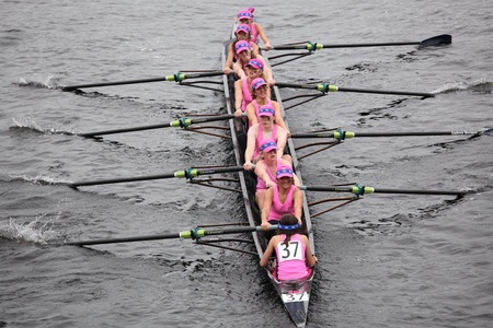 eights: BOSTON - 23 de octubre: carreras de Notre Dame Academy mujeres j�venes Ochos en la cabeza de la regata de Carlos. Strokes Oakland gan� con un tiempo de 17:12 el 23 de octubre de 2011 en Boston, MA.