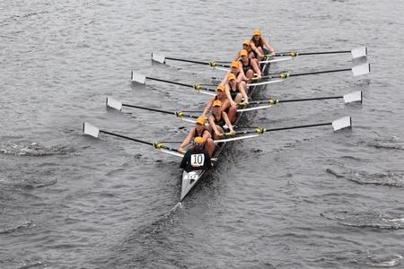 eights: BOSTON - 23 de octubre: Strokes Oakland juveniles para mujer Ochos carreras en el jefe del Regatta de Charles. Se impuso con un tiempo de 17:12 el 23 de octubre de 2011 en Boston, MA.