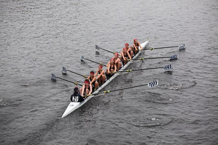 eights: BOSTON - 23 de octubre: carreras de Saratoga Remo Asociaci�n de mujeres j�venes Ochos en la cabeza de la regata de Carlos. Strokes Oakland gan� con un tiempo de 17:12 el 23 de octubre de 2011 en Boston, MA.