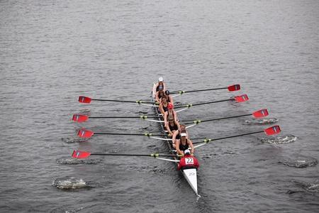 eights: BOSTON - 23 de octubre: carreras de Three Rivers mujeres j�venes Remo de ochos en la cabeza de la regata de Carlos. Strokes Oakland gan� con un tiempo de 17:12 el 23 de octubre de 2011 en Boston, MA.